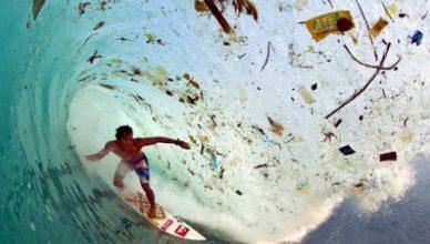 plástico no oceano