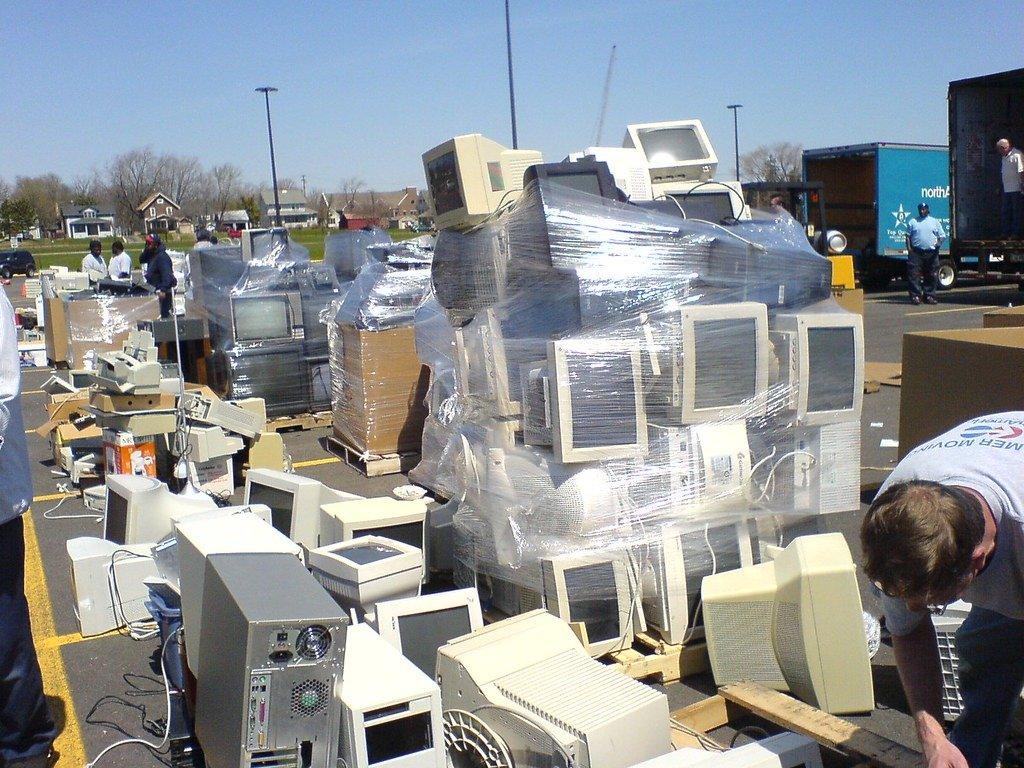 Qual a quantidade de eletrônicos é jogada no lixo?